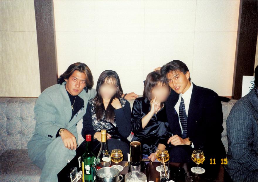 当時の貴重なお写真を初公開!右が流星さん、左が麻生英樹さん。テーブルには当時主流だったブランデーが並びます