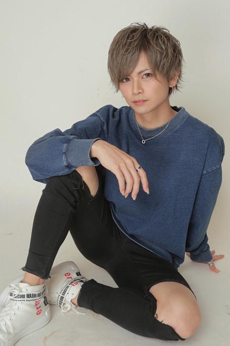 <center><strong>神月 七星</strong>(Nanase Kazuki)</center>