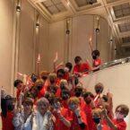 紅音君を取り囲んでファイブ全員で集合写真!!!1000万円おめでとう☆★